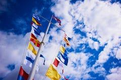 ST PETERSBURG, PETERHOF, RUSSLAND - 1. AUGUST 2015: Flaggen auf dem Pier von Lizenzfreie Stockbilder