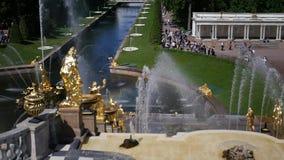 06 19 2012 St Petersburg, Peterhof, złote fontanny park z mnóstwo turystami i ludźmi, Wiele turyści zbiory