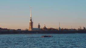 St Petersburg Por do sol no rio de Neva vídeos de arquivo