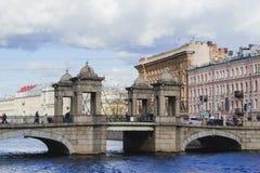 ST PETERSBURG, RÚSSIA - 8 DE ABRIL DE 2017: Ponte de Lomonosov através Fontanka rio do 8 de abril de 2017 em St Petersburg, Rússi Fotografia de Stock Royalty Free