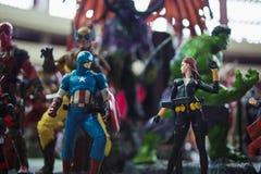 ST PETERSBURG, RÚSSIA - 27 DE ABRIL DE 2019: Equipe de The Avengers, capitão America e a viúva negra fotografia de stock royalty free