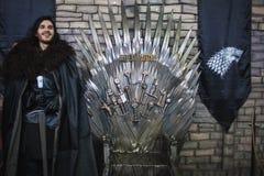 ST PETERSBURG, RÚSSIA - 27 DE ABRIL DE 2019: Festival dos filmes e dos fãs, neve de John cosplay perto do trono do ferro, foto de stock