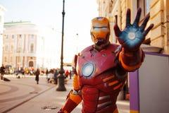 ST PETERSBURG, RÚSSIA - 3 DE ABRIL DE 2019: figura do homem na rua, caráter do ferro dos vingadores foto de stock royalty free