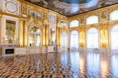 St Petersburg, RÚSSIA - 30 DE ABRIL DE 2019: Interior dourado barroco dos rococós do palácio Tsarskoye Selo de Catherine, Pushkin foto de stock royalty free