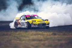 St Petersburg, Rússia - 15 de agosto de 2018: Carro de corridas poderoso que deriva na trilha da velocidade imagens de stock royalty free