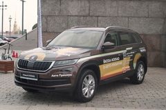 St Petersburg, Rússia - 25 de agosto de 2018: Carro Skoda Fabia do auto prêmio do concessionário automóvel opinião do Dianteiro-l imagens de stock