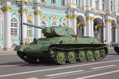 ST PETERSBURG, RÚSSIA - 11 DE AGOSTO DE 2017: Equipamento e tanques militares soviéticos originais no quadrado do palácio, St Pet Imagens de Stock