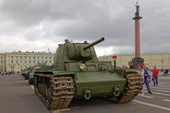 ST PETERSBURG, RÚSSIA - 11 DE AGOSTO DE 2017: Equipamento e tanques militares soviéticos originais no quadrado do palácio, St Pet Imagens de Stock Royalty Free