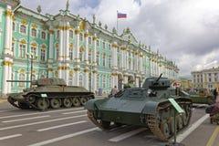 ST PETERSBURG, RÚSSIA - 11 DE AGOSTO DE 2017: Equipamento e tanques militares soviéticos originais no quadrado do palácio, St Pet Foto de Stock