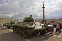 ST PETERSBURG, RÚSSIA - 11 DE AGOSTO DE 2017: Equipamento e tanques militares soviéticos originais no quadrado do palácio, St Pet Fotos de Stock