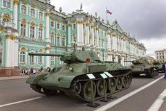 ST PETERSBURG, RÚSSIA - 11 DE AGOSTO DE 2017: Equipamento e tanques militares soviéticos originais no quadrado do palácio, St Pet Fotos de Stock Royalty Free
