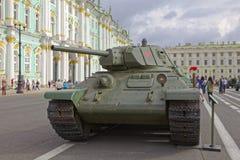 ST PETERSBURG, RÚSSIA - 11 DE AGOSTO DE 2017: Equipamento e tanques militares soviéticos originais no quadrado do palácio, St Pet Imagem de Stock