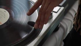 St Petersburg, Rússia - 11 de agosto de 2018: Música do vinil Música de mistura do DJ das mãos no clube durante o evento filme