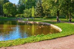 St Petersburg, Rússia - 25 de agosto de 2013: umas férias serenos no ar livre no parque de Kolpino Foto de Stock Royalty Free