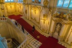 ST PETERSBURG, RÚSSIA - 25 DE DEZEMBRO DE 2016: Escalada dos turistas fotografia de stock royalty free
