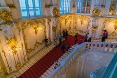 ST PETERSBURG, RÚSSIA - 25 DE DEZEMBRO DE 2016: Escalada dos turistas foto de stock royalty free