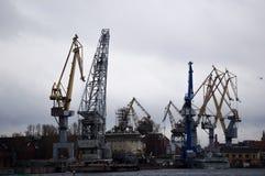 St Petersburg, Rússia - 28 de dezembro de 2016 - guindastes no porto de St Petersburg Imagem de Stock Royalty Free