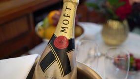 ST PETERSBURG, RÚSSIA - 23 DE DEZEMBRO DE 2018: Garrafa do champanhe de MOET na cubeta de gelo vídeos de arquivo