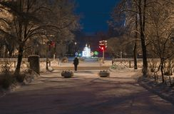 St Petersburg, Rússia - 30 de dezembro de 2014: paisagem da noite de Natal do inverno com uma escultura comemorativo Fotos de Stock Royalty Free