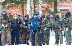 St Petersburg, Rússia - 21 de fevereiro de 2016: Jogo anual grande 'dia M' da encenação do paintball no clube de Snaker Fotografia de Stock