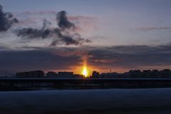St Petersburg Rússia - 13 de fevereiro de 2019: luz do sol na cidade fotos de stock royalty free