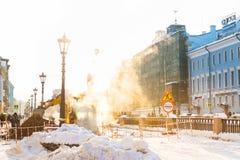 St Petersburg, Rússia - 28 de janeiro de 2019: Acidente na linha de aquecimento sob o à terra - vapor grosso de debaixo do esgoto fotografia de stock