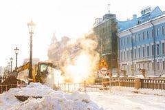 St Petersburg, Rússia - 28 de janeiro de 2019: Linha de aquecimento reparo em nuvens quentes do inverno na luz do sol fotos de stock