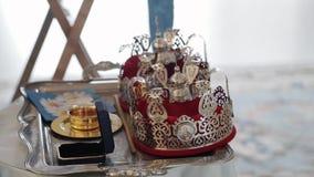 ST PETERSBURG, RÚSSIA - 20 DE JULHO DE 2018: Coroas para o casamento na igreja vídeos de arquivo