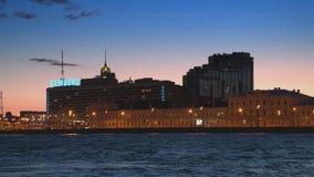 ST PETERSBURG, RÚSSIA - 7 DE JULHO DE 2015: A AURORA complexa residencial filme