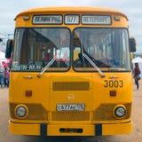 St Petersburg, Rússia - 9 de julho de 2017: Demonstração do ônibus velho LiAZ-667 Lunokhod da cidade na terraplenagem de Neva Fro imagem de stock royalty free