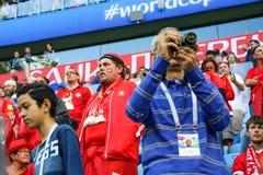 St Petersburg, Rússia - 3 de julho de 2018: Fãs tristes da equipa de futebol nacional de Suíça no campeonato do mundo de FIFA foto de stock
