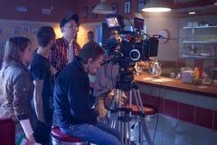 ST PETERSBURG, RÚSSIA - 22 DE JULHO DE 2017: Grupo de filme no lugar cinematógrafo da câmera 4K Realização Ajuste, cenário de Fotos de Stock Royalty Free