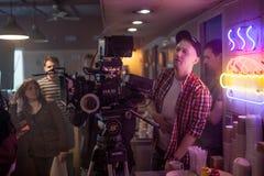 ST PETERSBURG, RÚSSIA - 22 DE JULHO DE 2017: Grupo de filme no lugar cinematógrafo da câmera 4K Realização Ajuste, cenário de Fotografia de Stock Royalty Free