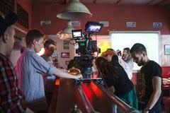 ST PETERSBURG, RÚSSIA - 22 DE JULHO DE 2017: Grupo de filme no lugar cinematógrafo da câmera 4K Realização Ajuste, cenário de Fotos de Stock