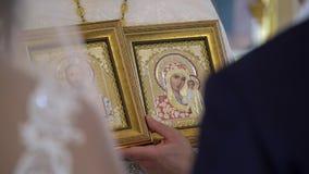 ST PETERSBURG, RÚSSIA - 20 DE JULHO DE 2018: Padre com ícones na igreja filme