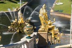 St Petersburg, Rússia - 28 de junho de 2017: cascata das fontes em Peterhof em St Petersburg Petersburgo imagens de stock royalty free