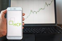 ST PETERSBURG, RÚSSIA - 25 DE JUNHO DE 2019: Logotipo de HCP Empresa na tela do smartphone foto de stock