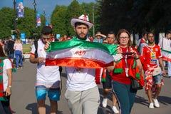 ST PETERSBURG, RÚSSIA - 15 DE JUNHO DE 2018: O iraniano mostra a bandeira de seu país perto do estádio no campeonato do mundo 201 Foto de Stock Royalty Free