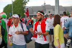 ST PETERSBURG, RÚSSIA - 15 DE JUNHO DE 2018: Os fãs idosos e novos de Irã vão a um fósforo de futebol no campeonato do mundo 2018 Imagem de Stock