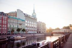 ST PETERSBURG, RÚSSIA - 21 DE JUNHO DE 2013: Terraplenagem do rio de St Petersburg Moika, armazém na ponte vermelha fotos de stock royalty free