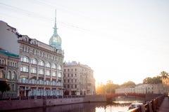 ST PETERSBURG, RÚSSIA - 21 DE JUNHO DE 2013: Terraplenagem do rio de St Petersburg Moika, armazém na ponte vermelha foto de stock