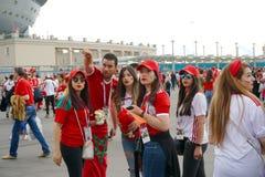 ST PETERSBURG, RÚSSIA - 15 DE JUNHO DE 2018: Um grupo de fan de futebol marroquinos está discutindo o próximo fósforo no campeona Fotos de Stock