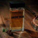 St Petersburg, Rússia - 13 de maio de 2017 Foto editorial ilustrativa - perfume Ambre Noir Yves Rocher de eau de parfum fotografia de stock