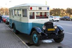 St Petersburg, RÚSSIA - 9 de maio de 2013, o ônibus ZIS-8 do vintage, modelo 1934, na rua, após a celebração do dia da vitória Fotos de Stock