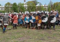 St Petersburg, Rússia - 27 de maio de 2017: Luta Demonstrational da espada no festival histórico em St Petersburg, Ru da reconstr Foto de Stock
