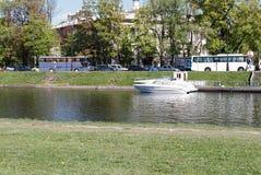 St Petersburg, Rússia - 27 de maio de 2017: O barco de prazer amarrou cais no 27 de maio de 2017 em St Petersburg Fotos de Stock