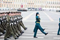 ST PETERSBURG, RÚSSIA - 9 DE MAIO: Parada militar da vitória Foto de Stock Royalty Free