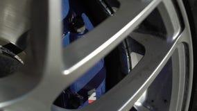 ST PETERSBURG, RÚSSIA - 21 DE MAIO DE 2018: Rodas de carro e apoios de freios vídeos de arquivo