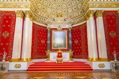 St Petersburg, Rússia - 12 de maio de 2017: A sala pequena do trono do palácio do inverno, igualmente conhecida como Peter Great  imagens de stock