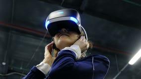 St Petersburg, Rússia - 12 de novembro de 2018: Mulher nos vidros da realidade virtual video estoque